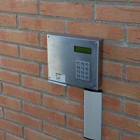 Inloggningsdosan för meröppet sitter på väggen bredvid dörren. Den har en knappsats, en skåra för kortet och en display.